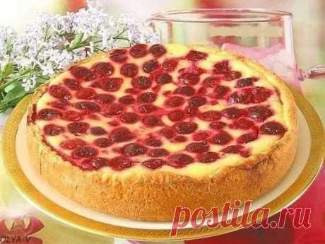 Творожный пирог-сметанник с ягодами. Ингредиенты:  Для теста: -125 гр. творога -65 гр. сахара -5 ст. ложек молока -5 с. ложек растительного масла -200 гр. муки -2 ч. ложки разрыхлителя