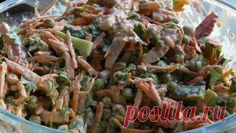 ПРАЗДНИЧНЫЙ !!!  **В салатник: копч/бекон, св/огурец -соломка, св/морковь -тёртая соломка, зел/горошек 1б, чеснок, зелень, специи, майонез