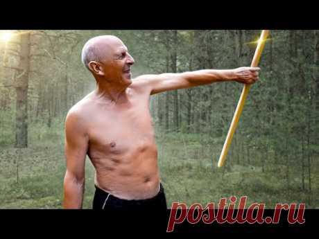 """Отец в 70 лет делает 4 простые упражнения с палкой по оздоровительной методике """"Черенок"""""""