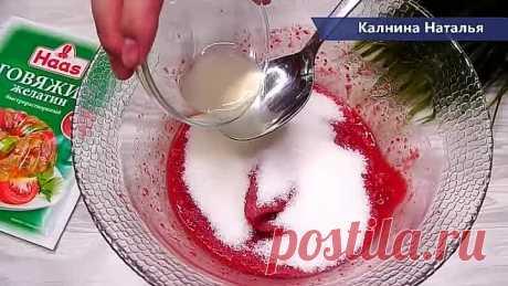 Беру стакан любых ягод , РАЗ ДВА и Вкусняшка к чаю готова. Конфе... Ягодные конфеты (Ягодное суфле). Это рецепт мне помог разгрузить морозильную камеру от замороженных ягод. По консистенции получаются как птичье молоко. Готовятся очень просто, ягоды подойдут замороженные и свежие, можно использовать фрукты или тыкву, например.  Можно облить шоколадом, обвалять в какао или кокосовой стружке.   ********************* Рецепт: Ягоды -250гр. Сахар -100гр. Сок лимона -1 ст.л. Жел...