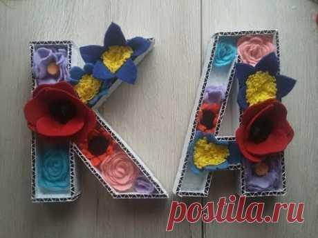 Буквы из картона с фетровыми цветами.Lettres de carton avec des fleurs en feutre.
