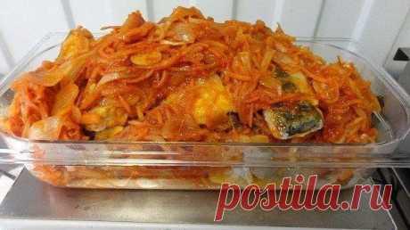 Рыба под маринадом  Приготовленная таким образом рыба используется и в качестве горячего основного блюда и в качестве холодной закуски (постояв ночь в холодильнике и хорошо пропитавшись маринадом она только выигрывает во вкусе).  На 4 порции потребуется: 500 граммов филе трески (или филе любой рыбы на ваш вкус) 2 репчатых луковицы 2 небольших моркови 3-4 зубчика чеснока 1 крупный помидор 2 столовых ложки томатной пасты 5 столовых ложек растительного масла 2 столовых ложки ...