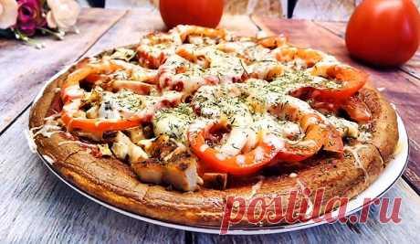 Диетическая пицца с курицей и помидорами на сковороде