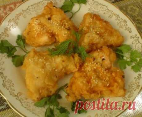 Куриное филе в кунжуте. Подавать куриное филе в кунжуте с соусом  и украсить при подаче зелеными листьями салата и петрушкой.