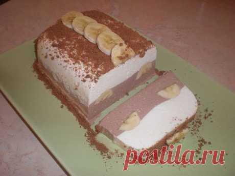 Творожный десерт с бананом  Ингредиенты: - 20 г желатина - 1,5 стакана молока - 400 г творога - 250 г сметаны - 1 стакан сахара - 2 столовых ложки ванильного сахара - 50 г шоколада - 2 банана  Желатин замочить в холодном молоке и оставить на 1-2 часа до набухания.  Набухший желатин нагревать до полного растворения, но не кипятить.  В горячий раствор желатина ввести сахар и ванильный сахар и размешивать до полного растворения сахара. Процедить. Творог (если очень зернистый,...