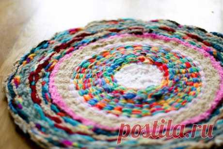 Weaving of a rug on a hoop