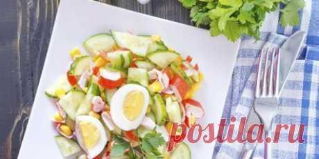 10 действительно вкусных салатов с крабовыми палочками Дарья Родионова. 15 декабря 2020. Сочетайте палочки с кукурузой, капустой, огурцами, помидорами, рисом, кальмарами, фасолью и не только. Помните: майонез для салатов легко сделать самостоятельно или заменить сметаной, натуральным йогуртом или другими соусами. 1. Салат с крабовыми палочками, кукурузой и яйцами. Ингредиенты. 3–4 яйца; 250 г крабовых палочек; 1 огурец — по желанию; 250 г консервированной кукурузы; соль — ...