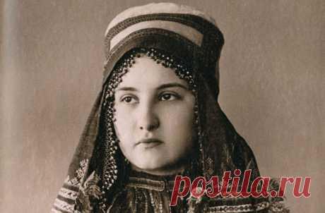 На фото конца XIX века запечатлены женщины из разных уголков Российской империи в традиционных кокошниках и сарафанах