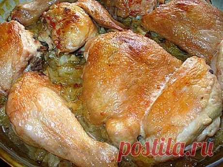 Курочка на капустной подушке «По-домашнему»  =Курица (целая, либо куски) – 1 кг, капуста белокочанная – 700 г, майонез – 50 г, приправа для курицы