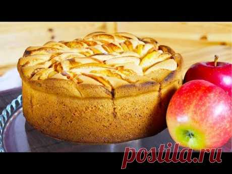 Шарлотка | Простой яблочный пирог   Великолепная ароматная шарлотка - вкуснейший яблочный пирог. Она настолько проста в приготовлении, что ее охотно пекут даже дети. Очень многим  именно шарлотка подарила первый кулинарный опыт.  Ингредиенты  Яблоки - 3 крупных Яйца - 4 шт. Сахар - 150 г Мука - 160 г Масло сливочное - 20 г (для смазывания формы)