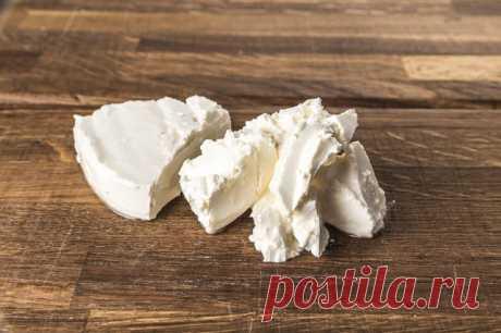 """Домашний сыр """"Филадельфия"""".  Ингредиенты:  Молоко — 1 л Кефир — 500 мл Яйцо куриное — 1 шт Соль — 1 ч. л. Кислота лимонная — щепотка  Приготовление:  1. Молоко выливаем в кастрюлю и ставим на плиту на средний огонь. Постоянно помешивая, добавляем соль и доводим до кипения. 2. Сразу после закипания добавляем кефир и перемешиваем, пока масса не свернется. Эту массу откидываем на марлю, затем подвешиваем в марле над раковиной на 15 минут, чтобы дать стечь сыворотке. 3. Яйцо и..."""