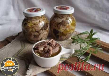 Домашняя  из говядины Такую тушенку можно использовать при приготовлении картофеля, макарон, супов и других блюд. Чтобы домашняя тушенка получилась вкусной, говядина должна быть свежей, не мороженной. Для приготовления понадобится: • Говядина – 2 кг.; • Сало – 400 гр.; • Соль – по вкусу; • Лавровый лист – по вкусу; • Черный перец горошком – по вкусу. Приготовление: 1. Нарежьте мясо на небольшие кусочки, положите их в кастрюлю, добавьте соль и поставьте на медленный огонь. 2. Воду добав