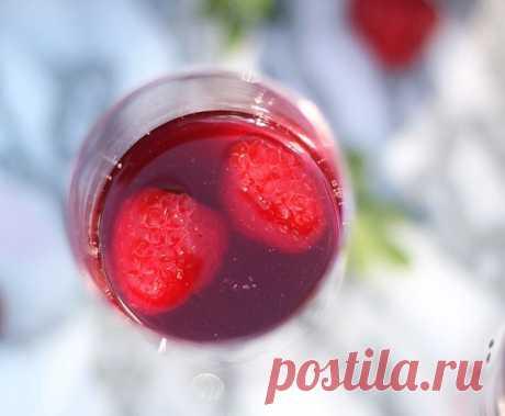 """Коктейль с ягодами   Журнал """"JK"""" Джей Кей Ингредиенты: ягоды - 2,5 чашки малина - 20 шт. вода - 3,5 чашки сахар - 1,5 чашки водка - 1 чашка шампанское - 1 бутылка..."""