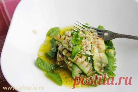 Салат из кабачков Обязательно приготовьте салат из кабачков! Молодые кабачки, мята, кинза и кисло-сладкая медово-лимонная заправка делают свое дело без всякой посторонней помощи.