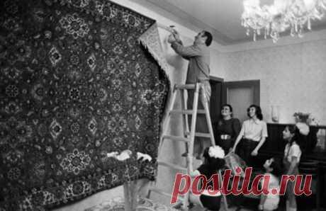 Почему на самом деле в СССР люди вешали на стены ковер В советские времена во многих домах была распространена привычка вешать ковры на стены. Считалось, что такое «декорирование» стен указывает на достаток и состоятельность семьи. Самыми популярными были ковры, изготовленные импортными производителями, но нередко в домах красовались их аналоги, привезенные из туркменистана, Грузии или Азербайджана. Впрочем, для того чтобы достать ковер, нужно было выждать огромную очередь...
