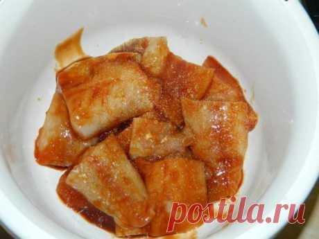 Кто предпочитает вкусную и ароматную рыбку! филе рыбы — 700 г; -кетчуп — 5 ст. л.; -соевый соус — 5 ст. л.; -чеснок — 2-3 зубчика; Приготовление: Кетчуп+соевый соус. Обмакиваем каждый кусочек рыбы в соево-томатный соус. Посыпаем чесноком. И убираем замариноваться в холодильник на пару часов. После маринования обваливаем рыбу в муке, смешанной с небольшим количеством соли, и обжариваем на раскаленном масле с двух сторон до золотистого цвета.