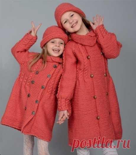 Детское пальто спицами и панама крючком для девочек 6-8 лет  Размер: на 6 (8) лет. Окружность головы: 50 (56) см.  Вам потребуется: 500 (600) г пряжи персикового цвета (50 % шерсть, 50% акрил, 280 м/100 г), спицы №4, запасные спицы или булавки для петель, крючок №3; пуговицы 10 шт.  УЗОРЫ  Платочная вязка: 1 ряд — лицевые петли; 2 ряд — лицевые петли и т.д. Изнаночная гладь: 1 ряд: все петли лицевые; 2 ряд: все петли изнаночные  Узор «коса»: вязать по схеме 1. На схеме ука...