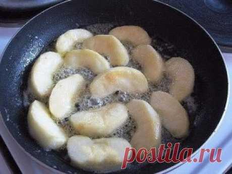 Творожно-яблочное чудо  Просто тает во рту... Ингредиенты:  2 яблока  2 ст.л. слив. масла  1 ст.л. сахара (если есть, то коричневый) Для теста:  250 г. творога  2 яйца  3 ст.л. сахара  щепотка соли  0,5 ст. сметаны  3 ст.л. муки (просеять) Приготовление: Очистить яблоки и порезать на дольки.Затем обжарить на сковороде (которую можно потом поставить в духовку) на сливочном масле.Посыпать сахаром. 5 минут с одной стороны и 3 мин. с другой Приготовить тесто и залить им яблоки.Подержать на огне