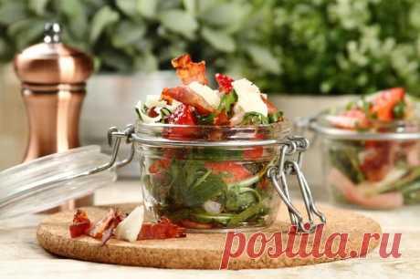 Салат из рукколы с клубникой и сыром – пошаговый рецепт с фото.