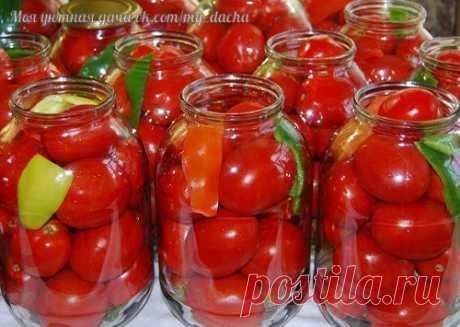 """Помидоры """"Царские""""  """"Царские"""" помидоры для цариц:) Вкусные, сладкие помидорки Мой любимый рецепт, придумала сама,изменяла его из года в год. На сегодняшний день он такой - На 3-х литровую банку.  Помидоры вымыть, наколоть зубочисткой дырочки (чтоб не трескались). В банку положить: укроп зонтиком, гвоздика 2-3 шт, душистый перец горошком 2-3 шт, перец острый стручок(отрезать колечко 5мм.), лавровый лист, перец болгарский 1/4. Помидоры и специи уложить в чистую банку(я не ст..."""