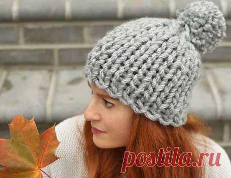 Простая шапка спицами из толстой пряжи описание вязания - WEKNIT Очень простая в исполнении и в то же время эффектная женская шапка спицами из толстой пряжи, которую сможет связать даже начинающий. Схема
