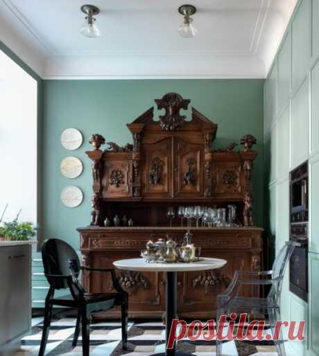 Кухня в стиле неоклассика с обеденным столом, фасадами с утопленной филенкой, бирюзовыми фасадами, техникой из нержавеющей стали, разноцветным полом