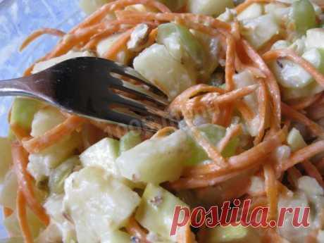 Салат из сельдерея стеблевого с яблоком, йогуртом и морковью