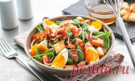Салат с беконом, шпинатом и сыром