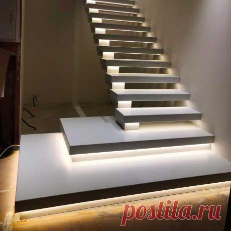 Лестница на косоуре и перилами из стекла