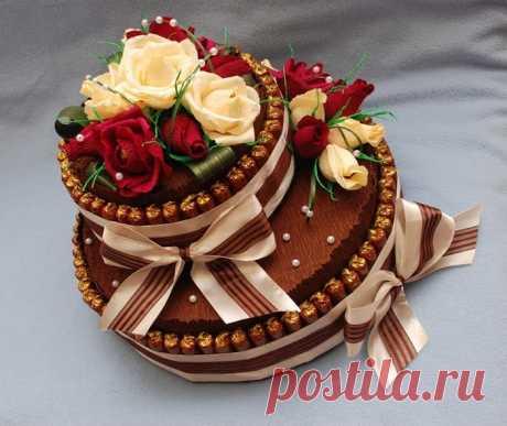 Яркий конфетный торт— оригинальная сладость клюбому случаю! Как приготовить красочный и эффектный торт из конфет и шоколадок. Самые современные мастер классы по изготовлению конфетных тортов