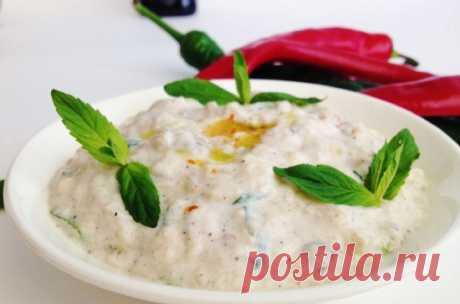 Салат из баклажана с турецким йогуртом. Подается с мясными блюдами.