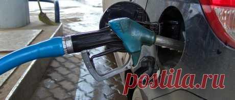 Сколько должно быть бензина в баке - CARDINATOR.RU Для каждого автомобилиста вполне понятно и очевидно, что совершая поездки на своем автомобиле, в особенности за город, необходимо регулярным образом заполнять бак авто бензином. Но сколько же нужно,...