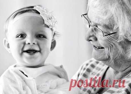 """Советы бабушки новорожденной внучке """"Если бы я могла написать это письмо четверть века назад для твоей мамы, было бы здорово. Но тогда мне исполнилось двадцать пять, и ни о чём таком я не задумывалась. Зато имелась куча других забот: нужно было с утра накормить дочь, отвезти её в ясли, потом бежать на лекции, а вечером ещё убрать дом и приготовить ужин. Твой дед работал в ночь, и некому было меня подменить, когда твоя мама (а она часто болела) плакала до самого утра. Да и не в отсутствии…"""
