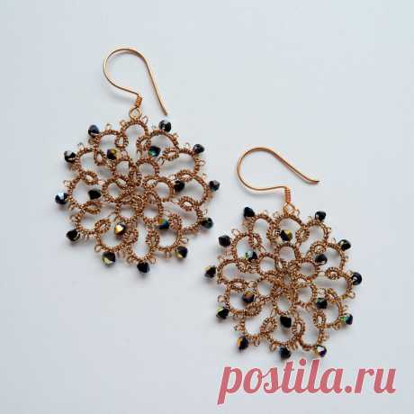 Decoromana: Elegant tatted earrings in gold with Jet AB Swarovski crystals