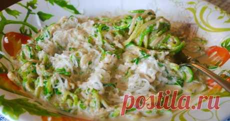 """""""Спагетти"""" из кабачков с ореховым соусом."""