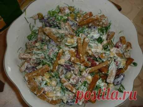 """Салат """"Охотничий""""  Рецепт:  горошек зелёный, кукуруза, красная фасоль(без томат. пасты), нарезанная кубиками и обжаренная краковская колбаса, зелень(лук, укроп, петрушка), майонез, ржаные сухарики положить перед подачей. Самым первым гости съедают именно этот салат!!!"""