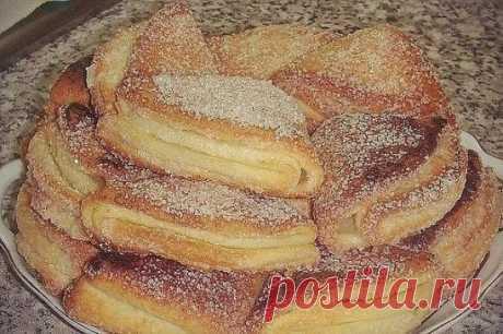 Печенье из творога  400 гр творога смешать с 250 г маргарина(натертого на терке) добавить 480 гр муки с 1 ч.л разрыхлителя соль щепотка Приготовление: 1. Раскатать тесто и выдавить кружки. 2. Каждый кружок обмакнуть одной стороной в сахар, сложить пополам обсахарённой стороной внутрь, получившейся полукруг опять обмакнуть в сахар и снова сложить засахарённой стороной внутрь, одну сторону получившегося треугольника обмакнуть в сахаре. 3. На противень выложите печенье обсахарённой стор