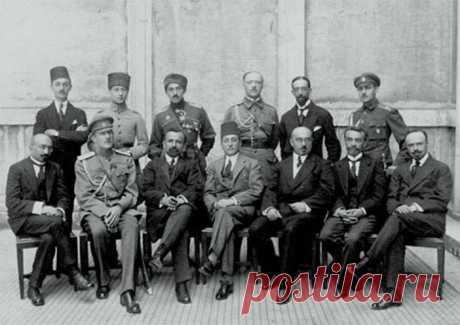 100 տարի առաջ... Ավետիս Ահարոնյանի ղեկավարած պատվիրակությունը Կոնստանտինուպոլսում, 1918թ. Փետրվարի 19-ին Ռուսաստանում տեղի ունեցած հեղափոխության մասին պատմող «Թատերախաղի» քաղաքականությունը խոստանում է ոչ թե անկախության, այլ Տրանսկասպյան դաշինքի համար անկախության, այլ ոչ թե Կովկասի ժողովրդի ինքնորոշման սկզբունքների վրա հիմնված ինքնորոշման իրավունքը: Մենշեւիկների պես, դաշնակցականները պնդում էին, որ Ռուսաստանը սոցիալիստական հեղափոխության համար չէ.