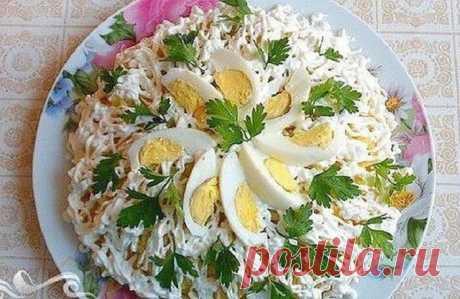 Салат «Невеста» — постоянно на моем праздничном столе Этому рецепту меня научила моя подруга из Риги! Ингредиенты: 300 гр копченой курицы 3 яйца 1 плавленый сырок «Дружба» 1 картофель среднего размера лук майонез Приготовление: Салат будет...