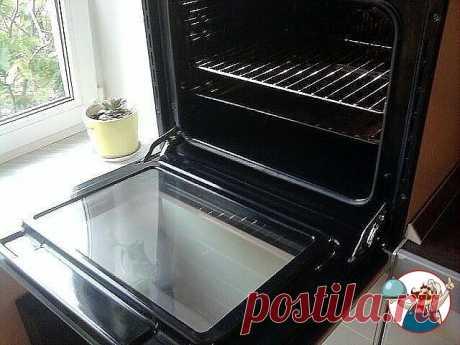 Быстро и просто очищаем духовку от нагара   Материалы и ингредиенты:  - ¼ ст. жидкости для мытья посуды  - 0,5 ст. пищевой соды  - ¼ ст. перекиси водорода  - цедра лимона  - 1 ст. л. уксуса  - губка для мытья посуды  - бумажные полотенца   Инструкция:   1. Даже если речь идёт о многолетнем нагаре, простое средство поможет справиться даже с ним. Начать нужно с обычной мыльной воды и губки, которую обязательно часто ополаскивает. Это поможет избавиться от основной грязи.  2....
