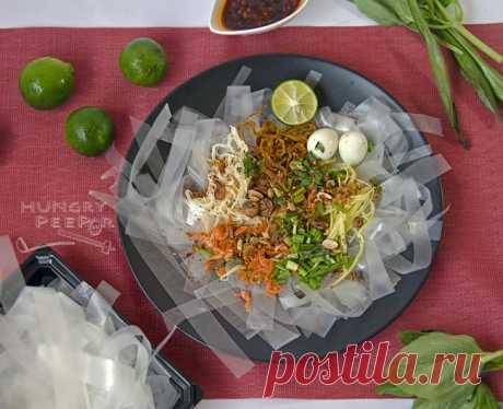 Смес от цветове с виетнамска салата от оризова хартия (Bánh Tráng Trộn) | Гладен Peepor
