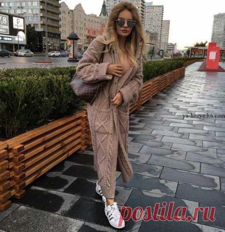 Стильное пальто спицами рельефными узорами. Модное женское пальто спицами 2018 Стильное пальто спицами рельефными узорами. Модное женское пальто спицами с накладными карманами.