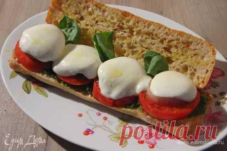 Панини капрезе . Ингредиенты: сыр, петрушка, базилик свежий