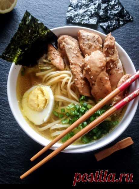 Рамен - быстрый, вкусный суп с яичной лапшой. Приготовить Рамен в домашних условиях очень просто.  Понадобится: