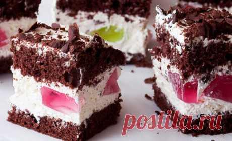 Шоколадний пляцок з ніжним кремом та шматочками желе