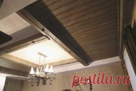 Интерьер частного жилого дома. Зона шале. Потолок.