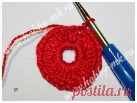 ПЕТУШОК ИЗ КИНДЕРА  Для работы понадобятся: нитки «Ирис» оранжевого, желтого, красного и белого цвета; иголка с нитками в тон пряже; 2 пайетки для глазок; ножницы; крючок 0,6 мм; клей-момент «Кристалл». Как сделать крючком петушка из киндера: Весь петух состоит из нескольких элементов: обвязки низа; обвязки верха; гребешка; клюва — 2 половинки; бородки; подглазников — 2 шт; ножек — 2 шт; крыльев — 2 шт; хвоста — из 7 перьев в 4 видах. Переходим к описанию каждого элемента. Обвязываем низ петух
