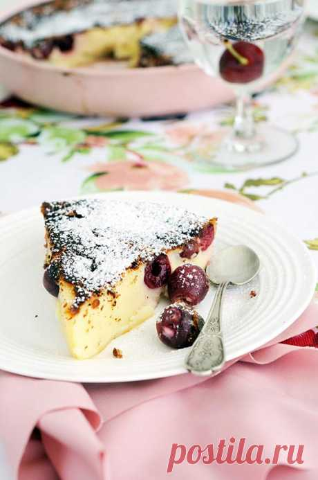 Клафути с черешней. Клафути (фр. clafoutis, от окс. clafir — наполнять) — французский десерт, соединяющий в себе черты запеканки и пирога. Фрукты в сладком жидком яичном тесте, похожем на блинное, выпекаются в формах для запеканок или киша. В смазанную жиром форму для выпечки сначала кладут фрукты, а затем заливают их тестом.  Классическим считается клафути из свежей вишни с косточками, но в настоящее время вишнёвый клафути чаще делают из консервированных плодов без косточек. Существуют перси