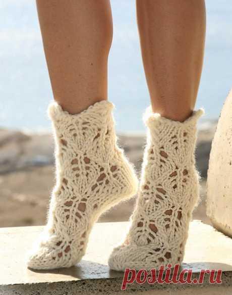 Ажурные белые носочки спицами