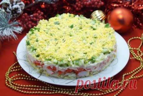 Салат «Новогодний праздник» Салат с крабовыми палочками «Новогодний праздник» – яркий праздничный салат для вашего новогоднего стола.